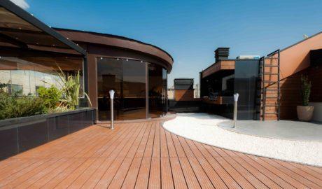 Thermory Fenyő teraszburkolat 26x115mm (profil D30 sg). Tető erkély Közel-Kelet-en