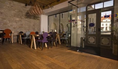 Thermo-kőris medium módosított szilárd padlóburkolat Salsa 18x190mm. Étterem, Tallinn, Észtország.